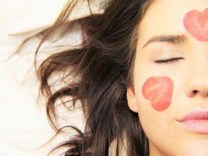 איך לשמור על עור הפנים חלק וצעיר