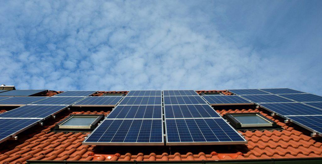 התקנת לוחות סולאריים על גג פרטי כל מה שצריך לדעת על התהליך