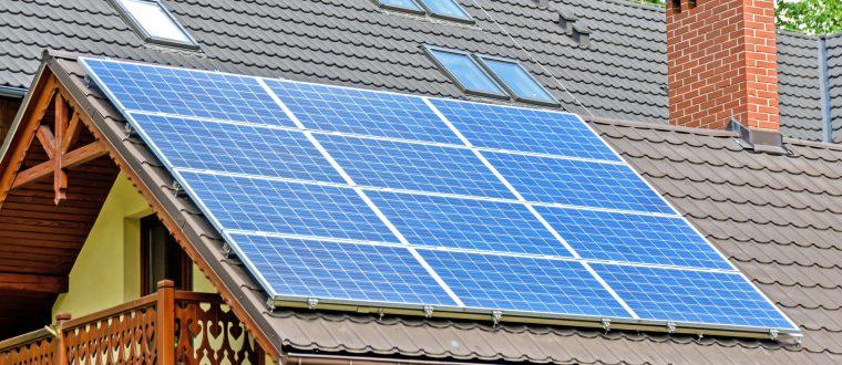 התקנת לוחות סולאריים על גג פרטי: כל מה שצריך לדעת על התהליך